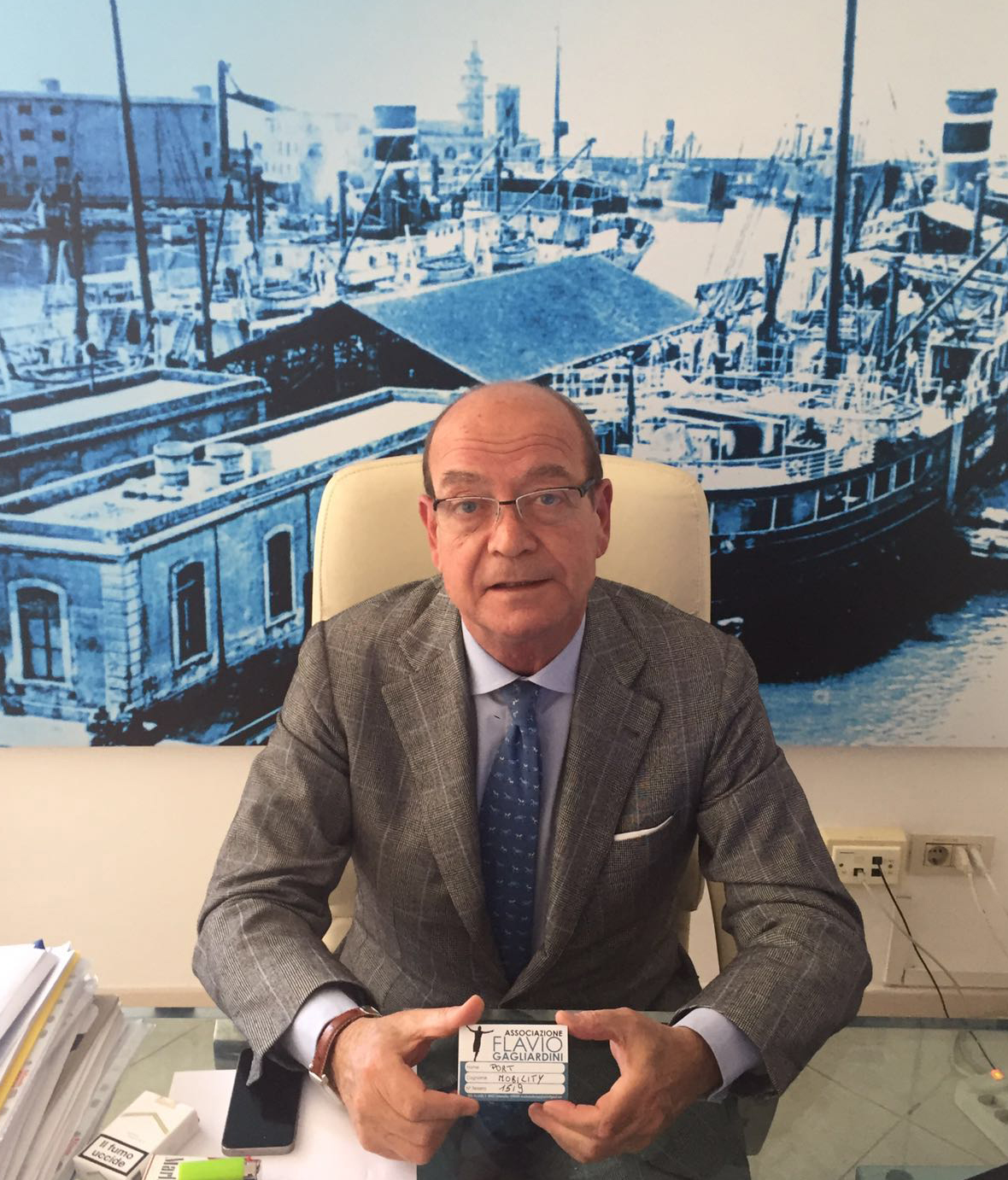 Edgardo Azzopardi, Special Counselor of Port Mobility, with the Flavio Gagliardini Association card
