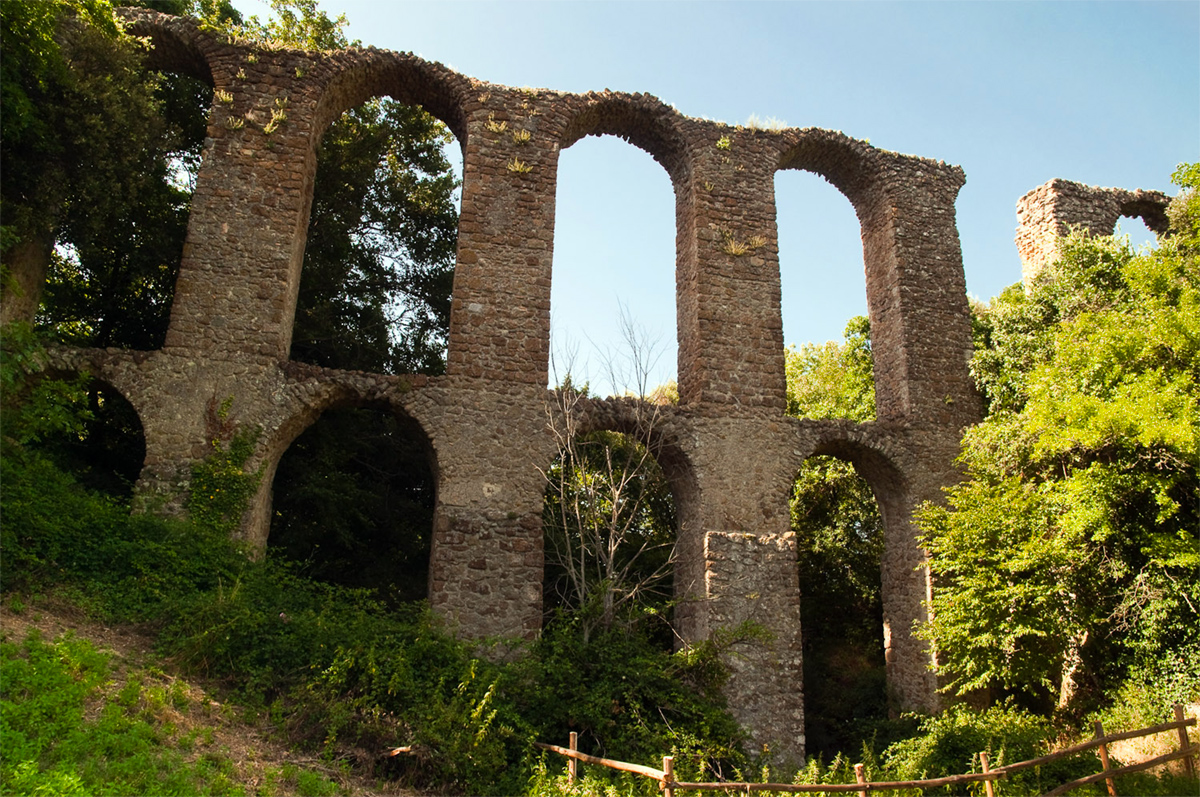 Monterano - Remains of the aqueduct