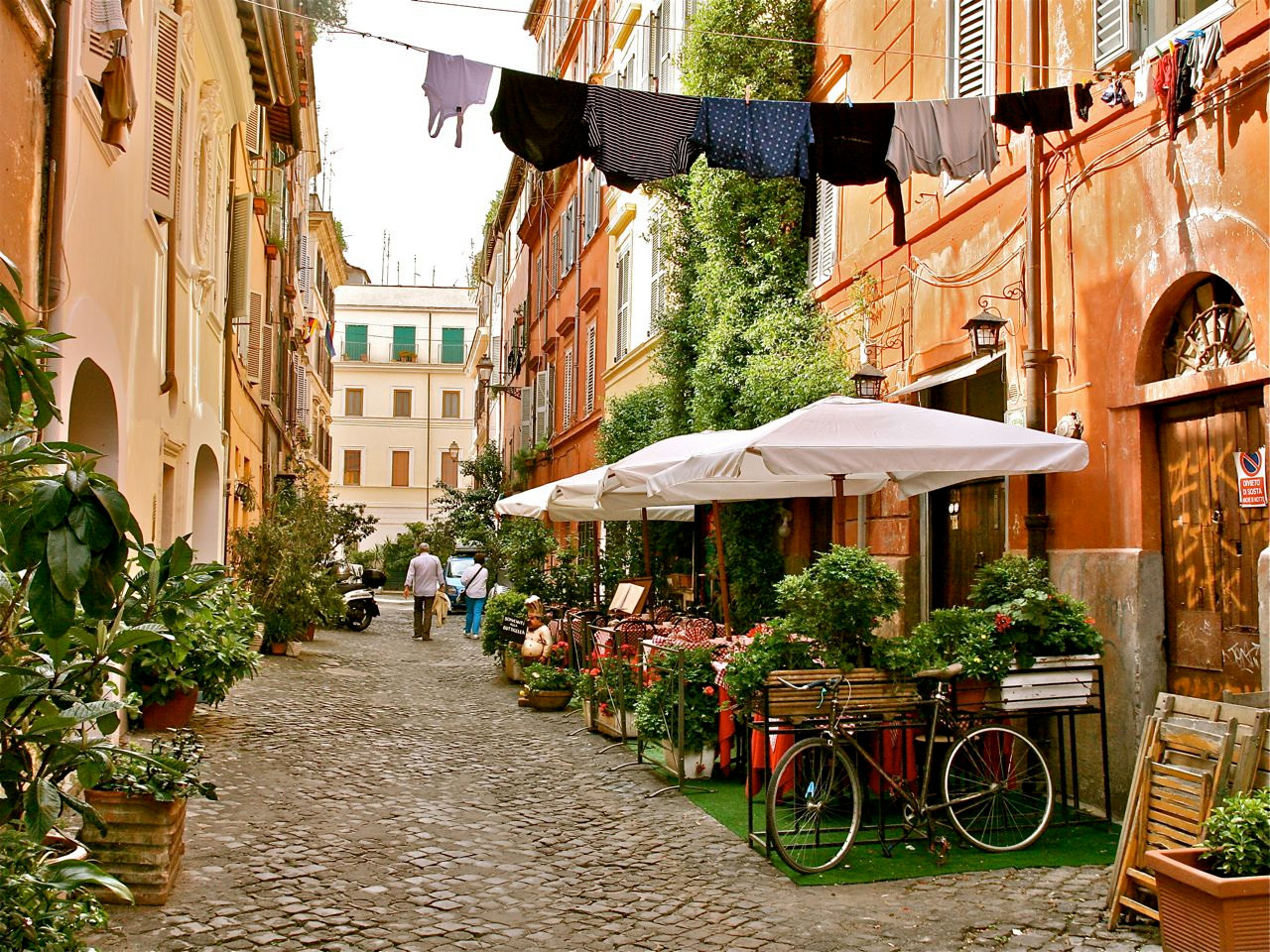 A suggestive glimpse of Trastevere, in Rome