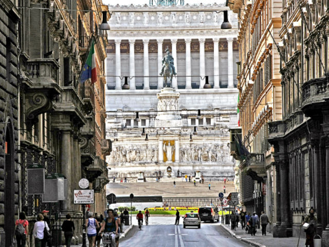 Via del Corso, the entry from Venice Square